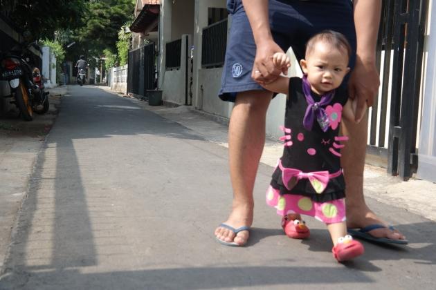 si kecil yg maaunya jalan-jalan terus :)
