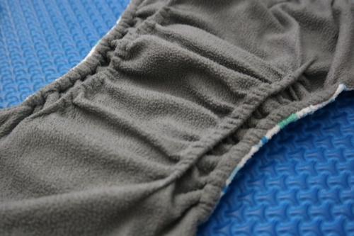 Beberapa merk clodi memiliki leg gusset, yg berfungsi untuk mencegah kotoran bayi beleberan ke samping.