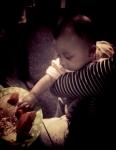 Saat bayi menjangkau barang dan membawa ke mulutnya secara tepat dan akurat atau menggerogoti mainannya dan membuat gerakan mengunyah merupakan salah satu tanda kesiapan yg sesungguhnya