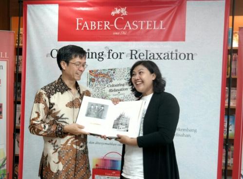 Penyerahan kenang-kenangan dari PT Faber Castell International Indonesia kepada Komunitas Tabrak Warna (ki-ka: Yandriman Halim - Dian Vita)
